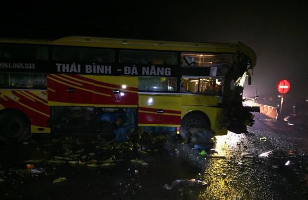 Xe khách tông xe đầu kéo, 1 người chết và nhiều người bị thương - Ảnh 3.