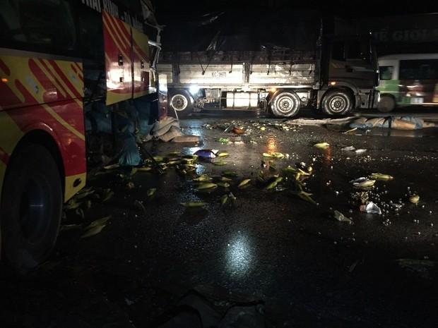 Xe khách tông xe đầu kéo, 1 người chết và nhiều người bị thương - Ảnh 1.