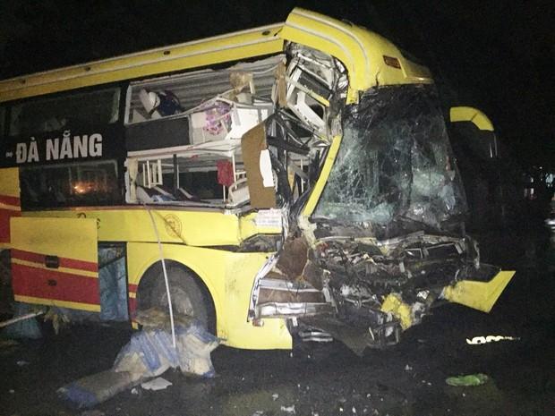 Xe khách tông xe đầu kéo, 1 người chết và nhiều người bị thương - Ảnh 2.