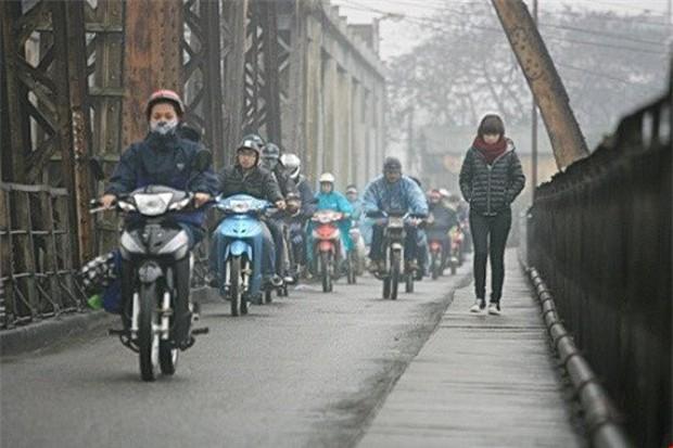 Hà Nội đã đón gió mùa Đông Bắc, trời rét và mưa rào - Ảnh 1.