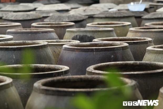 Ảnh: Cận cảnh quy trình sản xuất nước mắm truyền thống, 2 năm mới cho ra thành phẩm - Ảnh 2.