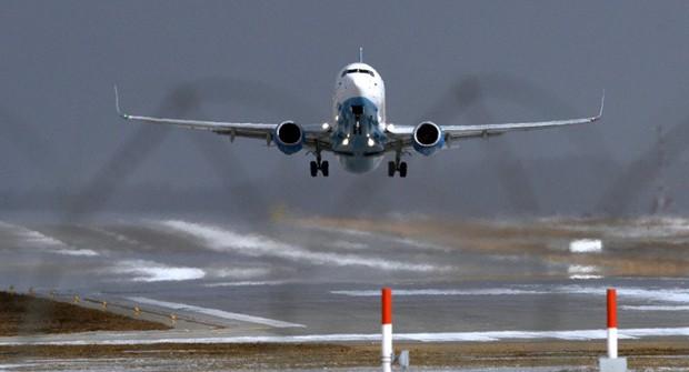Máy bay Boeing 737-800 hạ cánh khẩn cấp ở Nga, khả năng hỏng động cơ  - Ảnh 1.