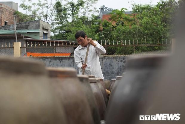 Ảnh: Cận cảnh quy trình sản xuất nước mắm truyền thống, 2 năm mới cho ra thành phẩm - Ảnh 5.