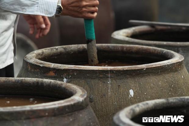 Ảnh: Cận cảnh quy trình sản xuất nước mắm truyền thống, 2 năm mới cho ra thành phẩm - Ảnh 6.