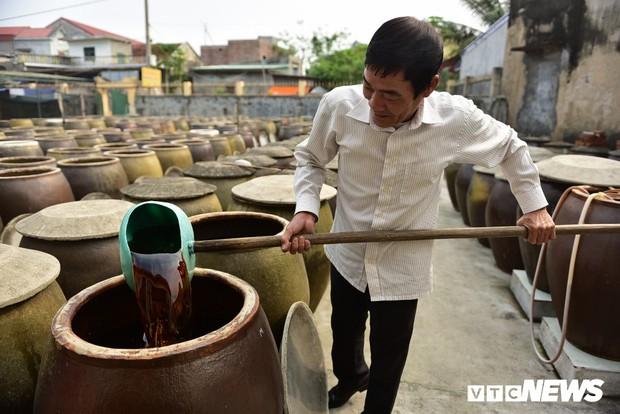 Ảnh: Cận cảnh quy trình sản xuất nước mắm truyền thống, 2 năm mới cho ra thành phẩm - Ảnh 8.
