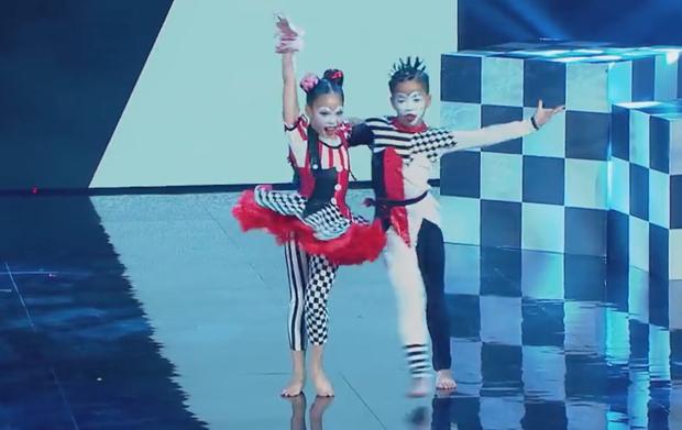 Asias Got Talent: Cặp đôi nhí Việt Nam khiến giám khảo thót tim với màn thả người trên không - Ảnh 4.
