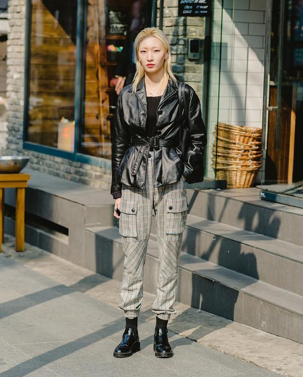 Chỉ cần ngắm street style chất lừ của giới trẻ Hàn tuần qua, công cuộc ăn mặc của bạn chắc chắn sẽ lên hương - Ảnh 3.