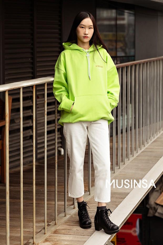 Chỉ cần ngắm street style chất lừ của giới trẻ Hàn tuần qua, công cuộc ăn mặc của bạn chắc chắn sẽ lên hương - Ảnh 9.