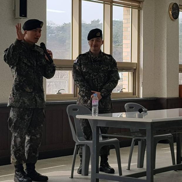 Hình ảnh mới nhất của Taeyang và Daesung trong quân ngũ: Vẫn vui vẻ, tươi tắn giữa bê bối chấn động của Seungri - Ảnh 2.