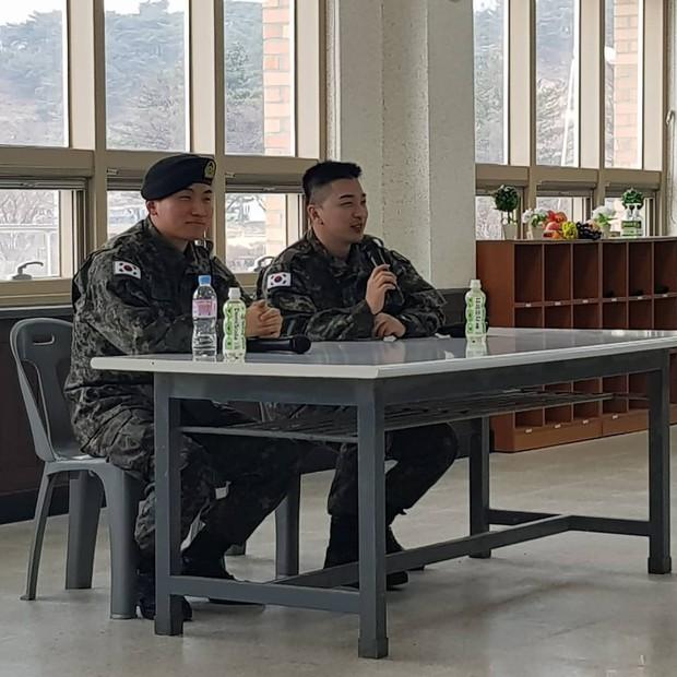 Hình ảnh mới nhất của Taeyang và Daesung trong quân ngũ: Vẫn vui vẻ, tươi tắn giữa bê bối chấn động của Seungri - Ảnh 3.