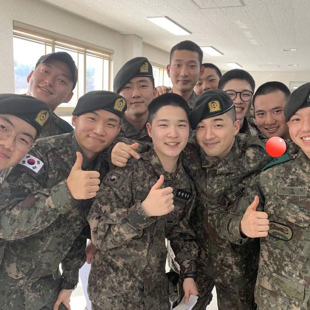 Hình ảnh mới nhất của Taeyang và Daesung trong quân ngũ: Vẫn vui vẻ, tươi tắn giữa bê bối chấn động của Seungri - Ảnh 4.