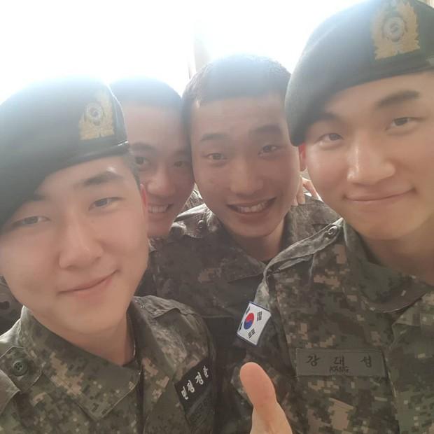 Hình ảnh mới nhất của Taeyang và Daesung trong quân ngũ: Vẫn vui vẻ, tươi tắn giữa bê bối chấn động của Seungri - Ảnh 5.