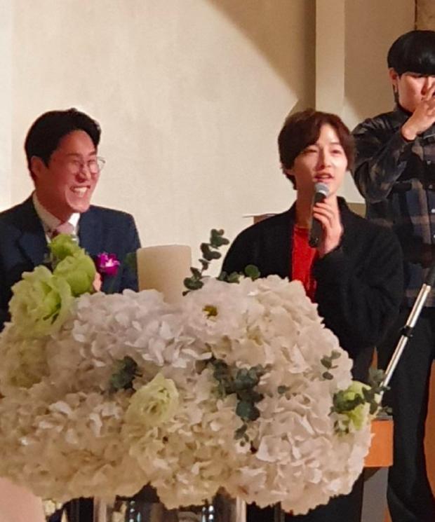 Song Joong Ki tham gia đám cưới bạn thân: Tươi tắn, rạng rỡ nhưng không đeo nhẫn cưới, không đi cùng Song Hye Kyo - Ảnh 3.