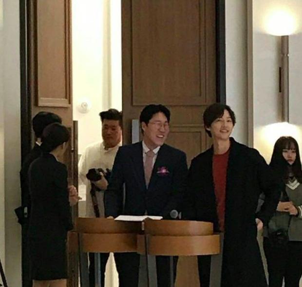 Song Joong Ki tham gia đám cưới bạn thân: Tươi tắn, rạng rỡ nhưng không đeo nhẫn cưới, không đi cùng Song Hye Kyo - Ảnh 4.