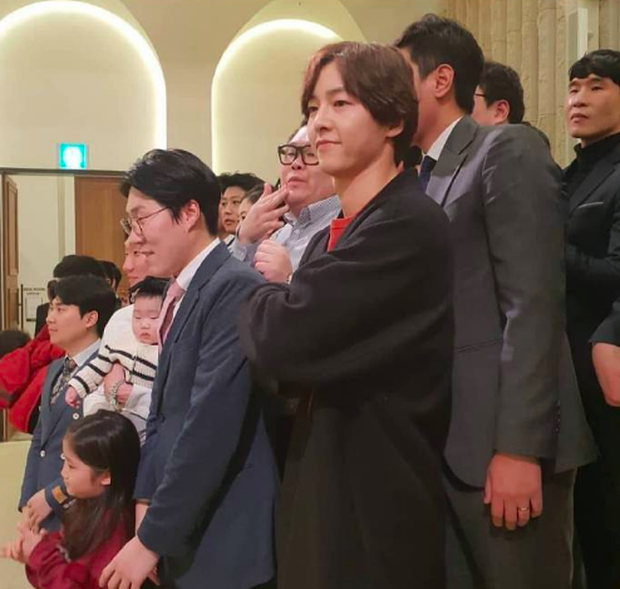 Song Joong Ki tham gia đám cưới bạn thân: Tươi tắn, rạng rỡ nhưng không đeo nhẫn cưới, không đi cùng Song Hye Kyo - Ảnh 5.