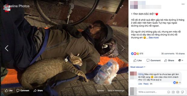 Chú mèo nhỏ nằm ngủ ngon lành trong vòng tay người đàn ông lang thang trên vỉa hè khiến nhiều người thương cảm - Ảnh 1.