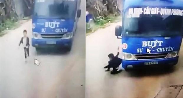 Clip: Bé trai thoát bất ngờ lồm cồm đứng dậy sau khi lao sang đường ẩu nhờ cú bẻ lái của tài xế xe buýt khiến nhiều người hú vía - Ảnh 3.