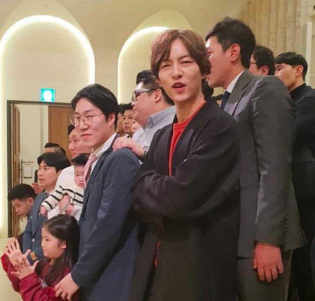 Song Joong Ki tham gia đám cưới bạn thân: Tươi tắn, rạng rỡ nhưng không đeo nhẫn cưới, không đi cùng Song Hye Kyo - Ảnh 6.