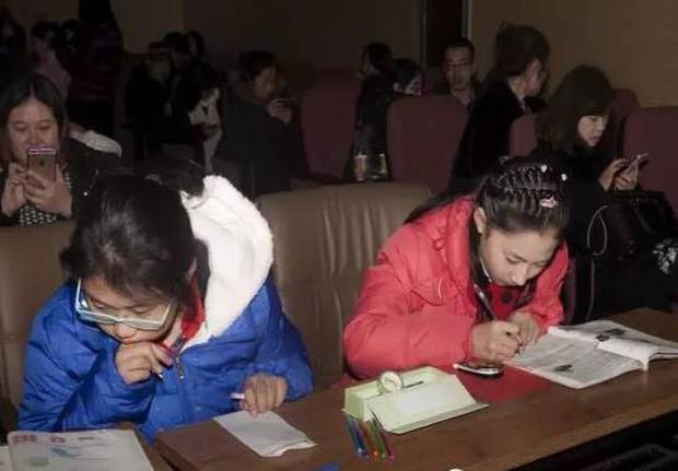Chùm ảnh lột tả sự khắc nghiệt đến kinh hoàng về cuộc chiến học tập của học sinh các nước Châu Á - Ảnh 3.
