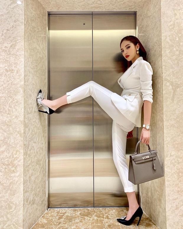 Đụng độ gam màu trắng, 2 hot mom Hà Tăng - Đặng Thu Thảo chiếm sóng trong street style tuần này - Ảnh 4.