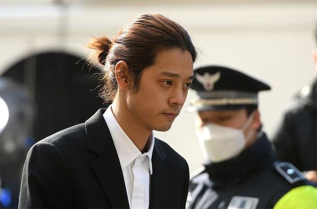 Không chỉ bị gạch tên khỏi show, các clip cũ có sự tham gia của Jung Joon Young đang dần bị xóa sạch - Ảnh 1.