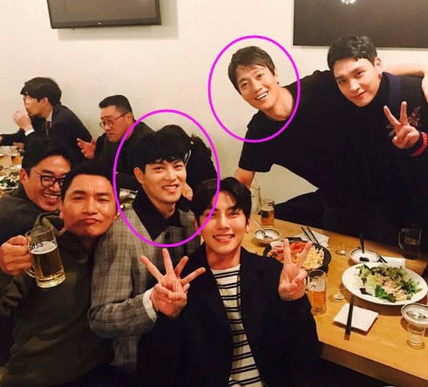Tài tử Kim Rae Won bị vạ lây chỉ vì chụp ảnh với Jonghyun (CNBLUE): Quá khứ động chạm vòng một của Kim Tae Hee, Shin Se Kyung - Ảnh 1.