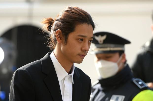 Ai chat với Jung Joon Young cũng bị scandal vạ lây, cứ đà này các nam nghệ sĩ Hàn Quốc sẽ giải nghệ hết mất thôi - Ảnh 1.