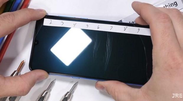 Thử thách độ bền Xiaomi Mi 9 với dao, lửa và dùng tay bẻ cong: Xứng đáng là một siêu phẩm cao cấp - Ảnh 2.