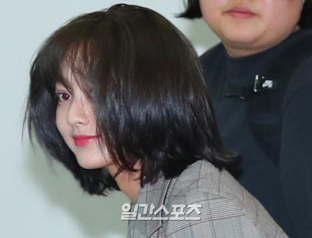 Bị tung ảnh nóng giả vì bê bối chatroom của Seungri, Jihyo (TWICE) uất đến mức bật khóc luôn tại sân bay hôm nay - Ảnh 9.