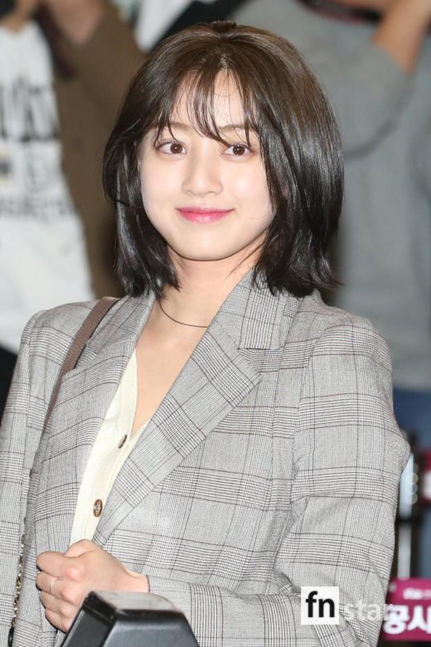 Bị tung ảnh nóng giả vì bê bối chatroom của Seungri, Jihyo (TWICE) uất đến mức bật khóc luôn tại sân bay hôm nay - Ảnh 7.