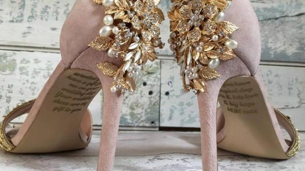 Cô dâu bật khóc khi nhìn thấy lời nhắn của người mẹ đã khuất giấu dưới đôi giày cưới - Ảnh 1.