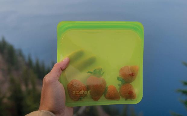 Túi silicone đựng đồ ăn thân thiện với môi trường: đậy kín, đẹp mê ly, đông đá tốt, quay lò vi sóng cũng an toàn - Ảnh 1.
