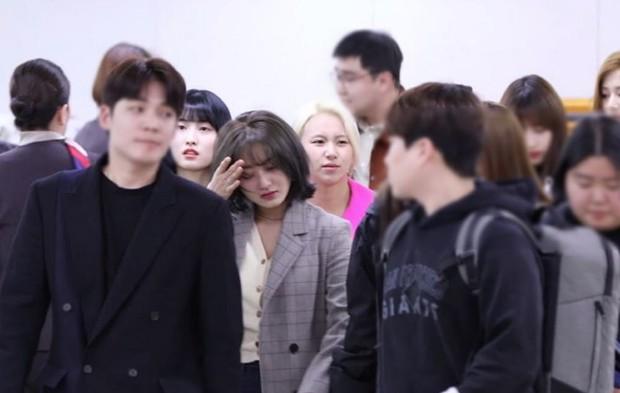 Bị tung ảnh nóng giả vì bê bối chatroom của Seungri, Jihyo (TWICE) uất đến mức bật khóc luôn tại sân bay hôm nay - Ảnh 4.