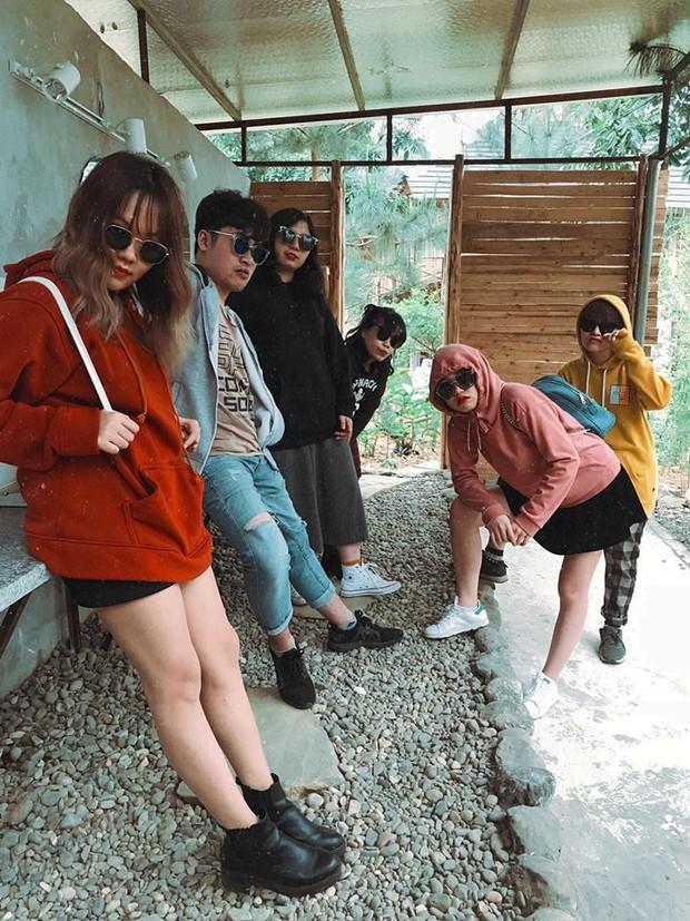 Không biết tạo dáng ngầu khi chụp ảnh nhóm thì cứ mua mỗi người một chiếc kính như hội bạn thân này cho nhanh - Ảnh 2.
