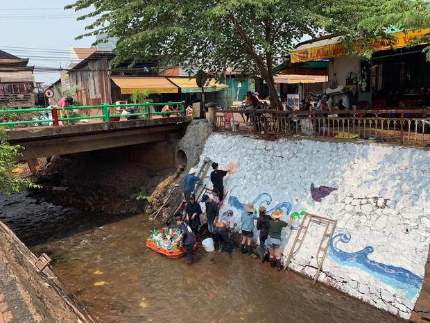 Dễ thương làm sao hình ảnh người lớn, trẻ nhỏ cũng xắn tay với Thử thách dọn rác: Dòng kênh đen dài 2km hồi sinh sau 1 tuần lễ - Ảnh 11.