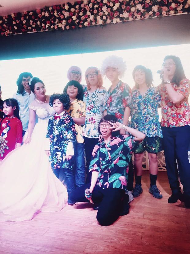 11 anh em trai quyết hóa trang giả gái hát trong đám cưới để thỏa ao ước có cháu gái của bà ngoại vì cả nhà toàn cháu trai - Ảnh 2.