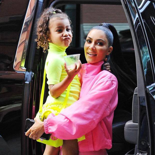Trang điểm lòe loẹt cho cô con gái mới 5 tuổi đến dự lễ nghiêm túc, Kim Kardashian nhận đủ gạch đá xây nhà - Ảnh 6.