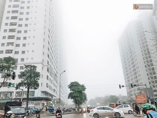 Ảnh: Hà Nội xuất hiện sương mù từ sáng sớm, ví như Sapa thu nhỏ - Ảnh 4.