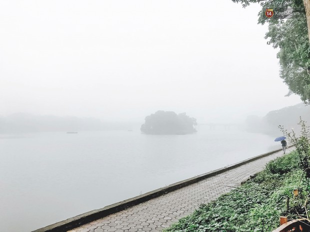 Ảnh: Hà Nội xuất hiện sương mù từ sáng sớm, ví như Sapa thu nhỏ - Ảnh 1.