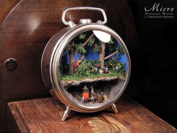 Nghệ sĩ này đem cả thế giới tí hon vào những chiếc đồng hồ cũ hỏng, kết quả ngoài cả sức tưởng tượng! - Ảnh 7.
