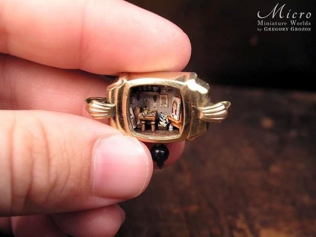 Nghệ sĩ này đem cả thế giới tí hon vào những chiếc đồng hồ cũ hỏng, kết quả ngoài cả sức tưởng tượng! - Ảnh 12.