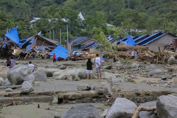 Khung cảnh tang thương sau trận lũ quét khiến 80 người thiệt mạng tại Indonesia: Xe cộ chìm dưới bùn đất, máy bay bị cuốn trôi - Ảnh 2.