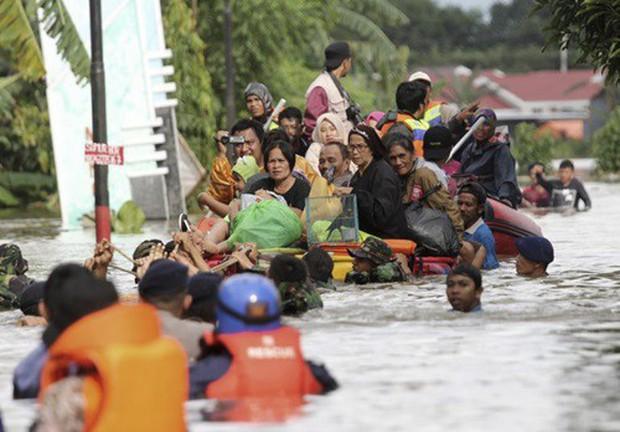 Khung cảnh tang thương sau trận lũ quét khiến 80 người thiệt mạng tại Indonesia: Xe cộ chìm dưới bùn đất, máy bay bị cuốn trôi - Ảnh 1.