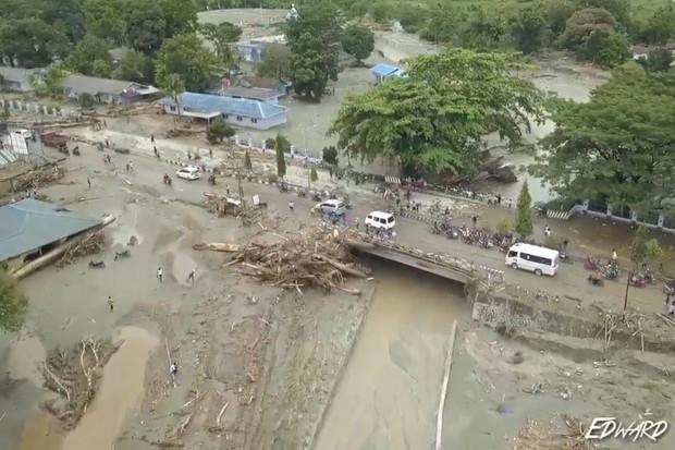 Khung cảnh tang thương sau trận lũ quét khiến 80 người thiệt mạng tại Indonesia: Xe cộ chìm dưới bùn đất, máy bay bị cuốn trôi - Ảnh 9.