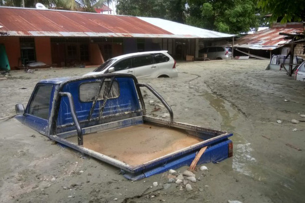 Khung cảnh tang thương sau trận lũ quét khiến 80 người thiệt mạng tại Indonesia: Xe cộ chìm dưới bùn đất, máy bay bị cuốn trôi - Ảnh 4.