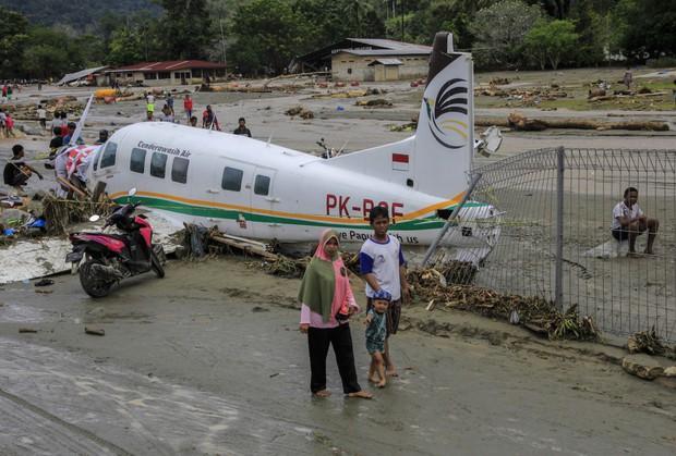 Khung cảnh tang thương sau trận lũ quét khiến 80 người thiệt mạng tại Indonesia: Xe cộ chìm dưới bùn đất, máy bay bị cuốn trôi - Ảnh 6.