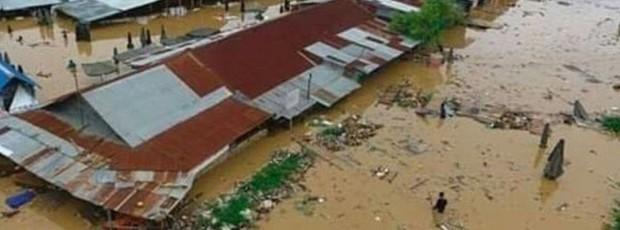 Khung cảnh tang thương sau trận lũ quét khiến 80 người thiệt mạng tại Indonesia: Xe cộ chìm dưới bùn đất, máy bay bị cuốn trôi - Ảnh 5.