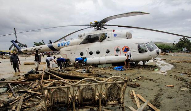 Khung cảnh tang thương sau trận lũ quét khiến 80 người thiệt mạng tại Indonesia: Xe cộ chìm dưới bùn đất, máy bay bị cuốn trôi - Ảnh 7.