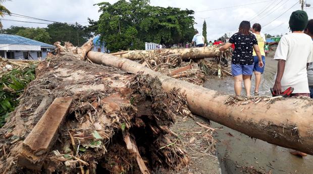 Khung cảnh tang thương sau trận lũ quét khiến 80 người thiệt mạng tại Indonesia: Xe cộ chìm dưới bùn đất, máy bay bị cuốn trôi - Ảnh 3.