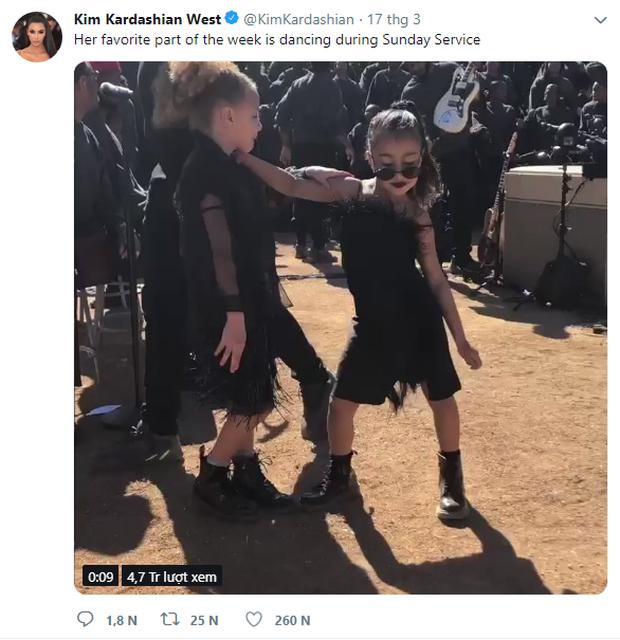 Trang điểm lòe loẹt cho cô con gái mới 5 tuổi đến dự lễ nghiêm túc, Kim Kardashian nhận đủ gạch đá xây nhà - Ảnh 1.